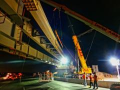 Weekend job on bridge construction alleviates traffic congestion.