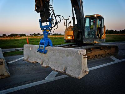 The HL B1 allows precise placement of concrete barriers